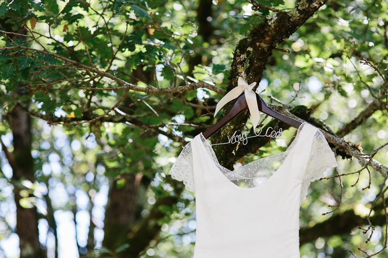 Love & Tralala Mariage champêtre en Dordogne - robe de mariée et cintre personnalisé