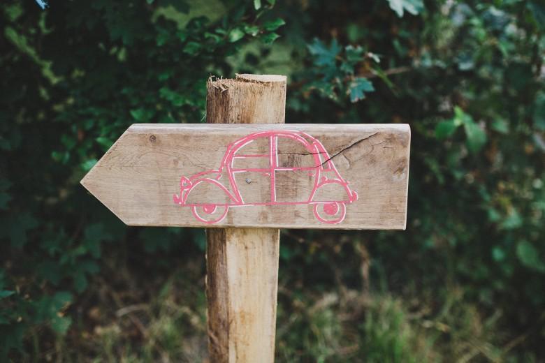 Love & Tralala Mariage champêtre en Dordogne - pancarte en bois signalétique